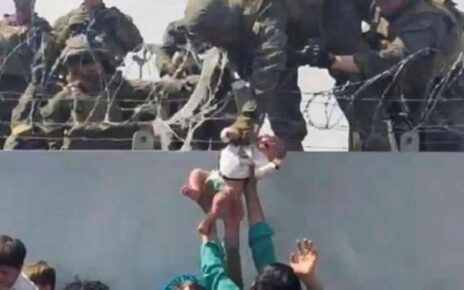Video of an Afghan child in the boundary wall of Kabul airport became very viral in the media, know why